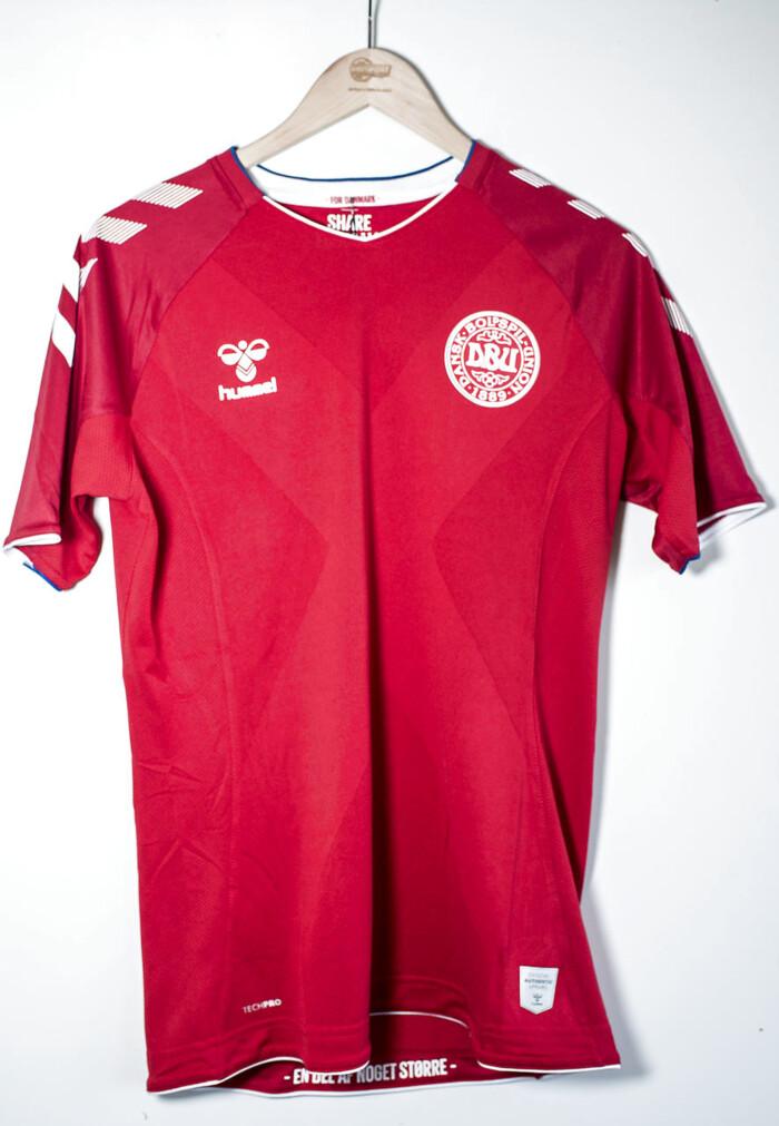 bf7bb83c113 Hummel designede den danske landsholdstrøje fra 1979 og indtil 2004. Efter  nogle år med Adidas vendte det danske landshold i 2016 tilbage til Hummel.