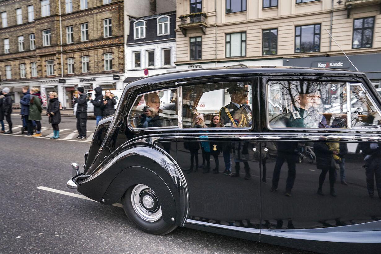 Prins Henrik er død - kisten køres til Amalienborg