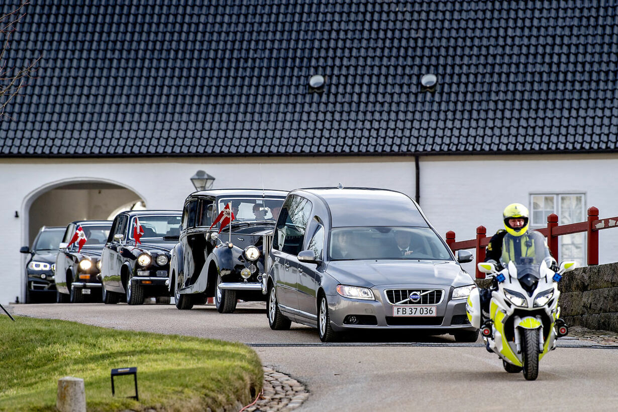 Prince Henrik's  bier is transported from Fredensborg Castle to
