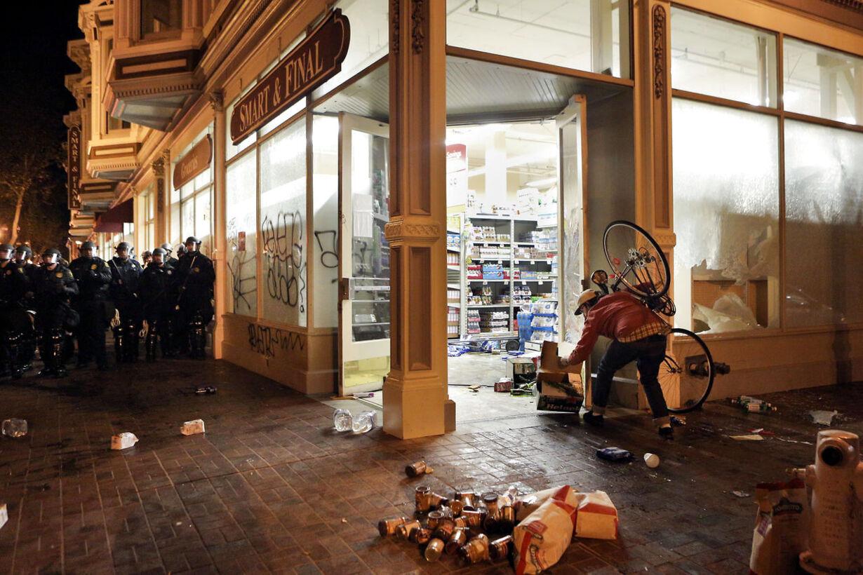 Vreden er vendt tilbage på Fergusons gader USA-MISSOURI/SHOOTIN