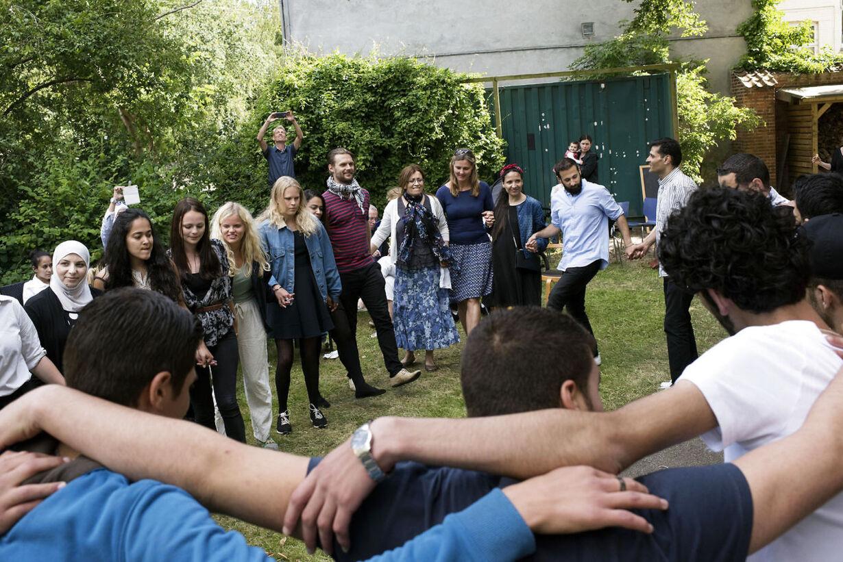 Fælles dans i haven til Eid-festen.
