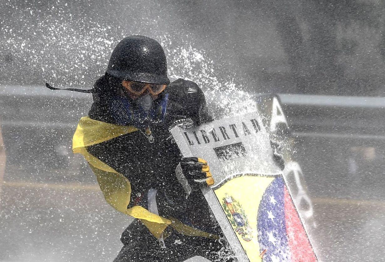 TOPSHOT-VENEZUELA-CRISIS-OPPOSITION-PROTEST