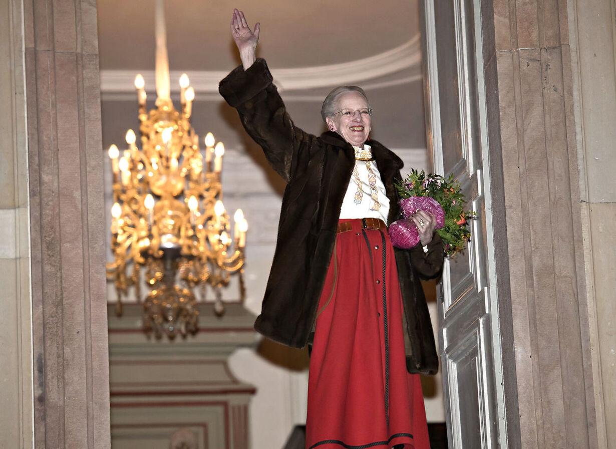 Dronningen modtager Fredensborg bys fakkeltog i Indre Slotsgaard