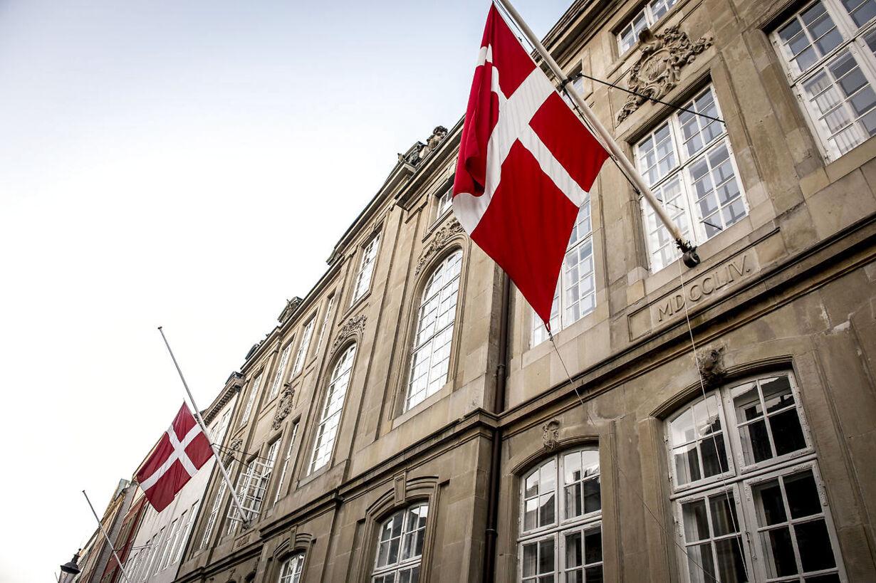 Prince Henrik has died  Prins Henrik er død - flaget på halv p