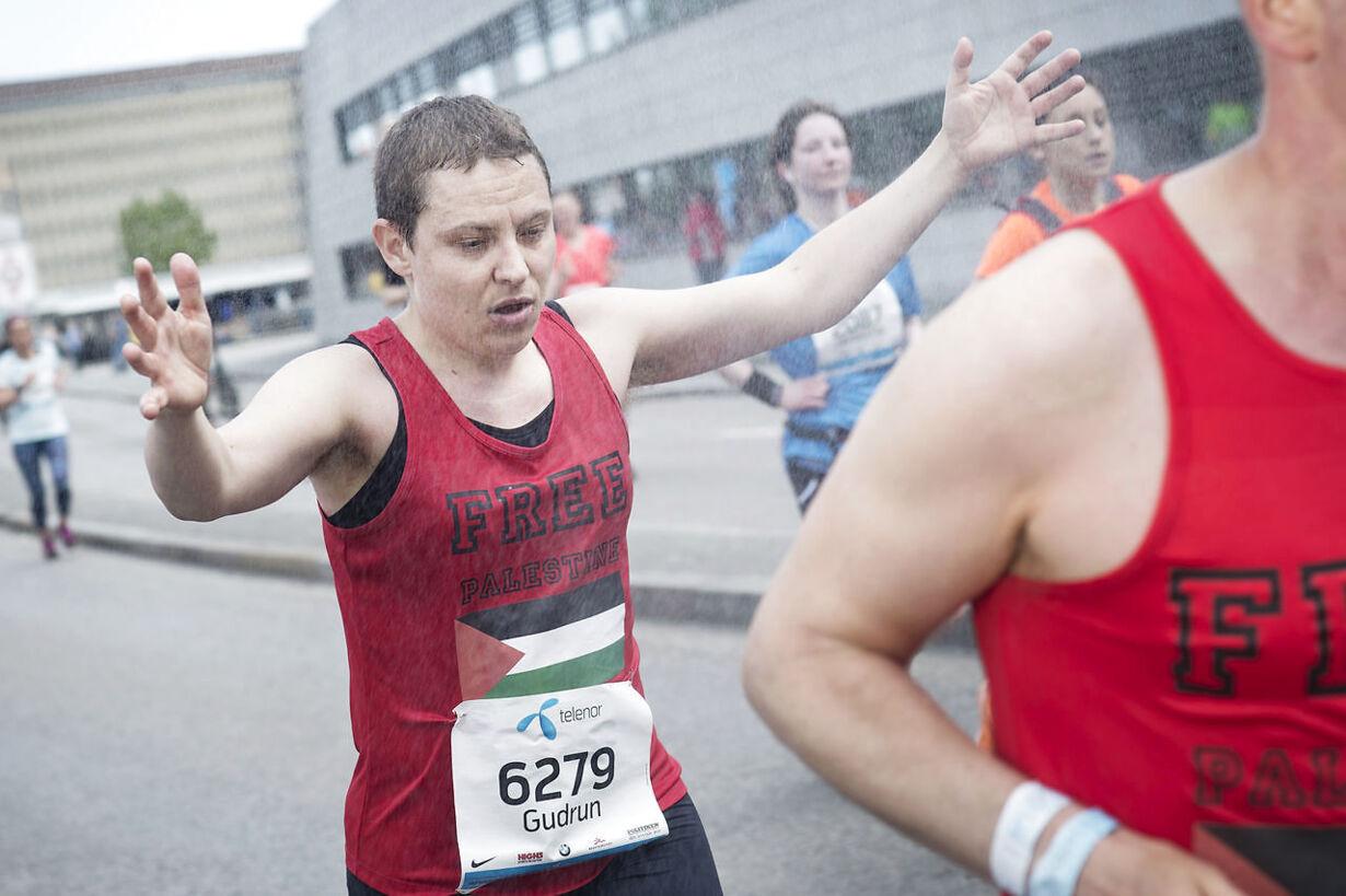 Marathonløberne under bruseren i København