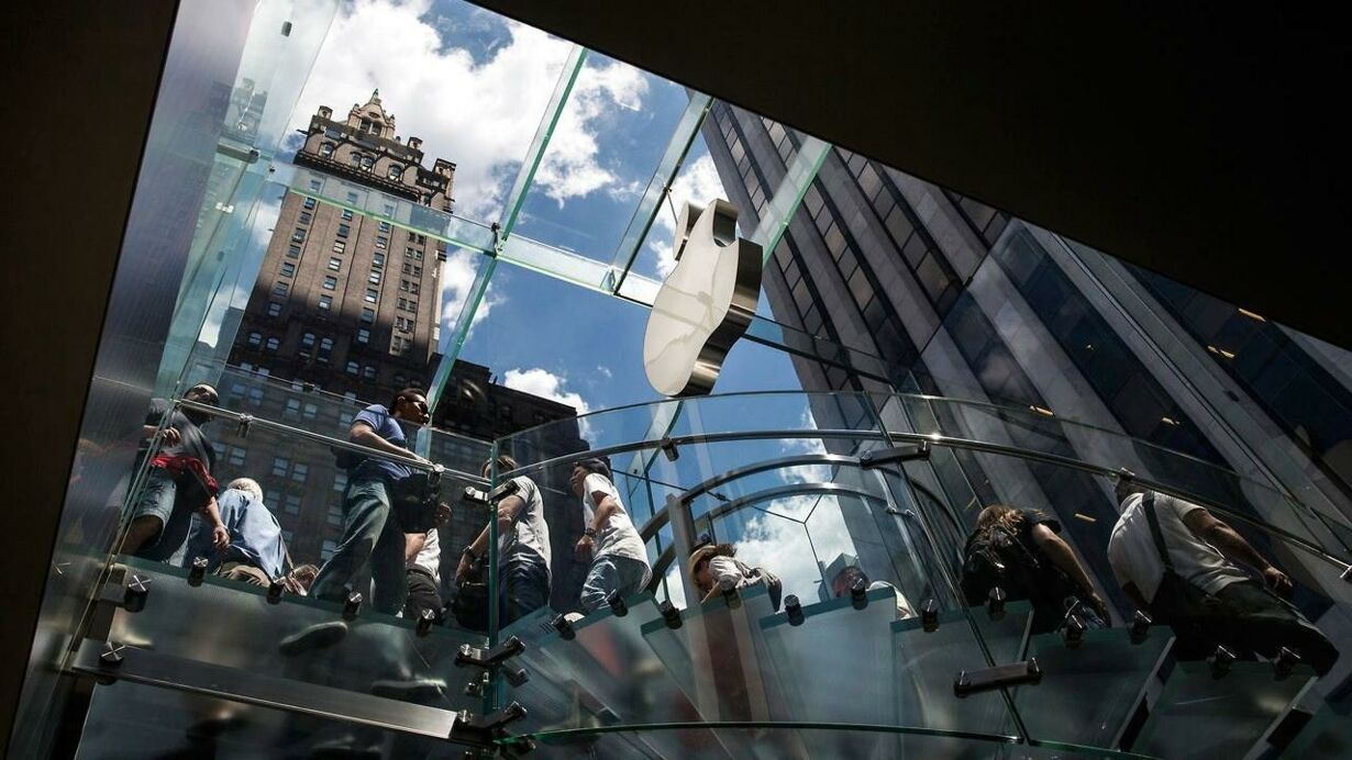 US-APPLE-SHARES-TAKE-A-BEATING-ON-WALL-STREET