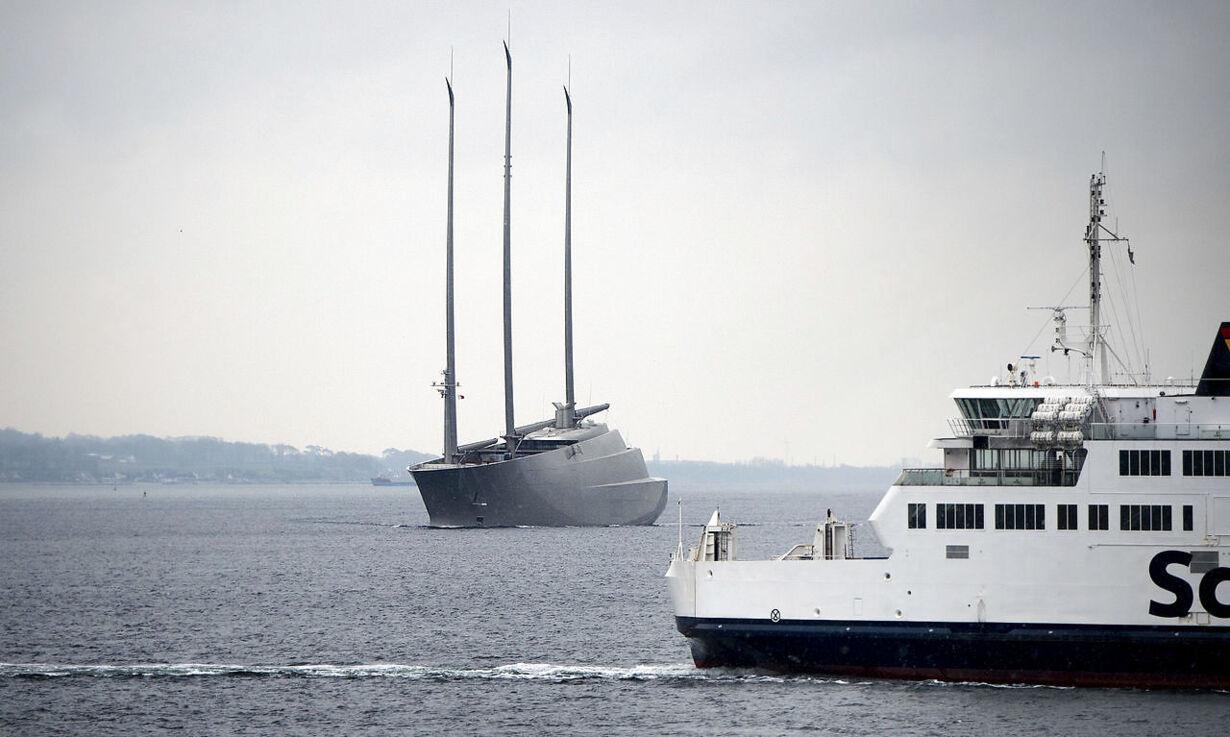 Mega-yachten 'Sailing Yacht A' passerer Øresund ved Helsingør