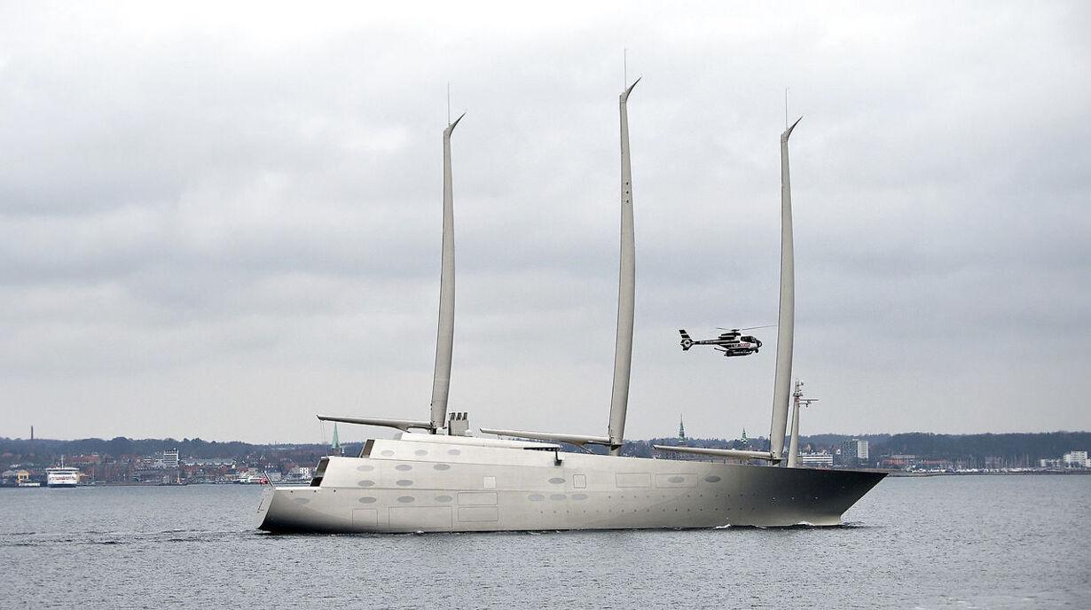 Mega-yachten 'Sailing Yacht A' passerer Øresund ved Helsing