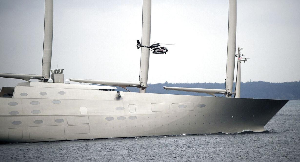 Mega-yachten Sailing Yacht A passerer Øresund ved Helsingør