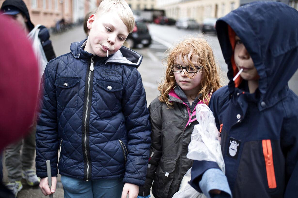 Børn samler affald
