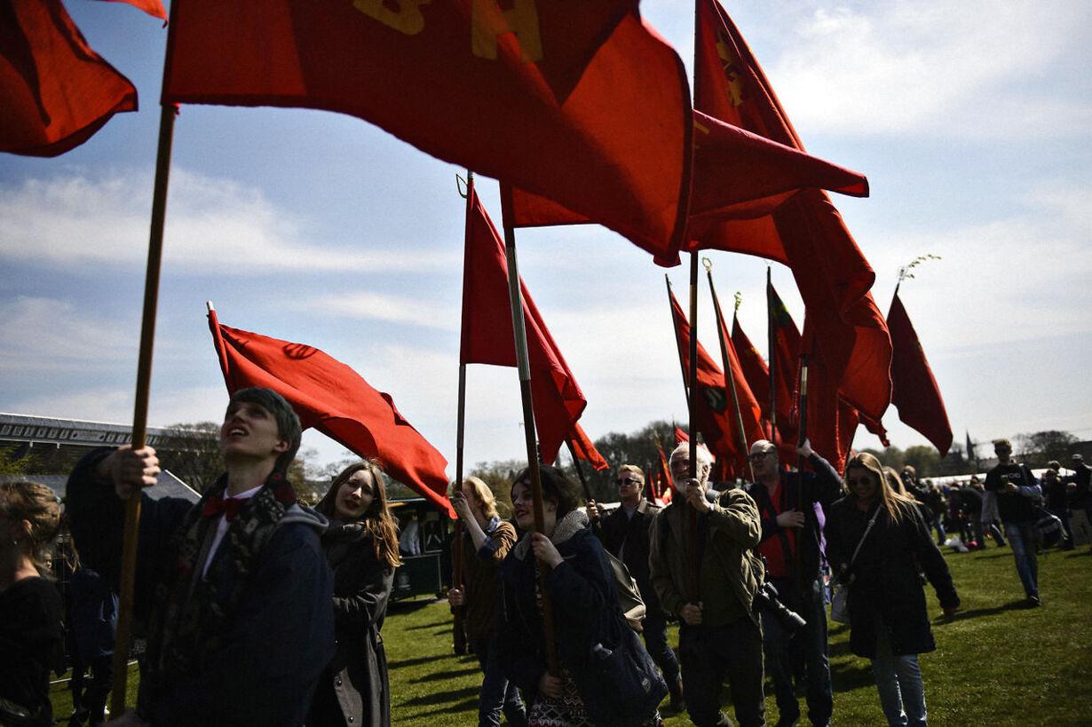 Røde flag med at danse en mand
