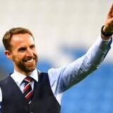 Det engelske landshold har langt om længe indfriet den fodboldbegejstrede nations store forventninger. I spidsen for holdet står manager Gareth Southgate, der her hilser på de engelske fans efter sejren over Sverige i kvartfinalen den 7. juli. REUTERS/Dylan Martinez