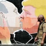 Trump siger selv, at han er en fantastisk kysser, men det er uvist, om Putin er enig. Grafittimaleri i Litauen - og også virkelighed, hvis man skal tro flere mediehistorier i USA i nat.