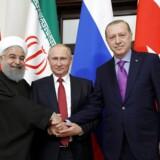 Mellemøstens nye akse mod den regionale terror. Her ses Irans præsident Hassan Rouhani, Ruslands præsident Vladimir Putin og Tyrkiets præsident Recep Tayyip Erdogan under denne uges møde i Sotji, hvor parterne drøftede Syriens fremtid via REUTERS ATTENTION EDITORS - THIS IMAGE WAS PROVIDED BY A THIRD PARTY. TPX IMAGES OF THE DAY