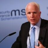 Trumps indtog i det Hvide Hus har medført tvivl om NATO's fremtid. Europa og USA bør holde sammen i kritiske tider, lød budskabet fra den republikanske senator John McCain fredag eftermiddag i München.