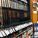 Den amerikanske supermarkedgigant Walmart hæver aldersbegrænsningen for at købe skydevåben og ammunition til 21 år.