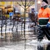 Dagen efter Danmark blev ramt af stormflod og oversvømmelser, stod vandet stadigvæk højt mnange steder. Her er det Stege på Møn, hvor en mand fra kommunen prøver at få gang i kloakerne på byens oversvømmede busholdeplads.