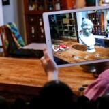Apples kommende opdatering af mobilstyresystemet iOS indarbejder mulighederne for at kombinere den virkelige og virtuelle verden i såkaldt »augmented reality« (AR), og flere kan se de samme ting op hver deres skærm, sådan som softwaredirektør Craig Federighi her viser det. Foto: Justin Sullivan, Getty Images/AFP/Scanpix
