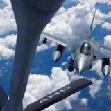 Et amerikansk F-16 kampfly nærmer sig et KC-135 optankningsfly under en stort anlagt NATO-øvelse i Estland først i juni 2018. Man har de seneste år optrappet den militære tilstedeværelse i de baltiske lande på grund af truslen fra Rusland.