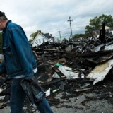 En mand går forbi resterne af en bygning i Huntington, West Virginia, der er blevet portrætteret som et af epicentrene for opioid-krisen. Den 15. august 2015 døde 26 mennesker i byen af en overdosis fra klokken 15 til klokken 21.