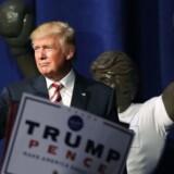 Mange har spurgt, hvor stort et ego den republikanske præsidentkandidat, Donald Trump, egentlig har. Svaret er nu kommet: Det er nøjagtig 24 meter højt. Dobbelt så højt som loven tillader.