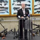 Chefefterforsker Wayne Hoffman fra New South Wales Police holder tale foran våben, der tidligere er blevet konfiskeret fra kriminelle. I løbet af en tre måneder lang amnestiperiode, har det australske politi indsamlet over 57000 ulovlige våben.