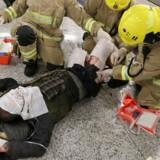 Gerningsmanden bliver behandlet af læge- og brandpersonale.