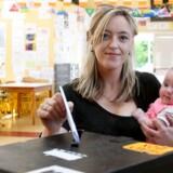De irske vælgere stemte fredag om at ændre landets stramme abortlovgivning efter en følelsesladet debat med stærke synspunkter hos både tilhængere af abort og abortmodstandere.