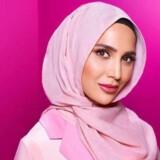 Amena Khan trækker sig fra L'Oréals kampagne, efter at hendes gamle tweets med anti-israelske budskaber har vakt debat.