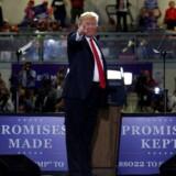 »Løfter givet«, »Løfter holdt«, står der på skiltene bag den amerikanske præsident, Donald Trump. Under valgkampen lovede han at nedbringe det amerikanske handelsunderskud, og det har startet en handelskrig.