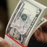 Den amerikanske dollar er i fremdrift over for stort set alle de større modparter mandag, efter at Senatet har stemt sit udspil til Republikanernes skattereform igennem.