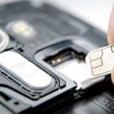 Virker dette mareridt velkendt? Det er ofte en kamp at få SIM-kortet sat i mobiltelefonen. Men afløseren, som allerede er indbygget fra fabrikken og blot skal fjernaktiveres, lader vente på sig. Arkivfoto: Iris/Scanpix