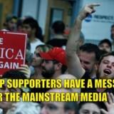 Her er et af de billeder, som går sin sejrsgang på Trump-venlige medier - en mødedeltager, som siger sin ærlige og to-fingrede mening om medierne.