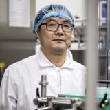 Steve Wang viser rundt på fabrikken med det spritnye udstyr til produktion og pakning af dåser med mælkepulver. Omsætningen ventes firdoblet til én mia. kroner i 2020 og tre til fie mia. i 2023. Foto: Thomas Lekfeldt