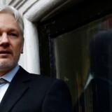 WikiLeaks grundlægger, Julian Assange, holdt en tale makes fra balkonen på Ecuadors Ambassade i London den 5. februar. Her har opholdt sig siden 2012, da han er eftersøgt og risikerer udlevering til Sverige, som han frygter vil udlevere ham til USA, hvis han forlader ambassaden. REUTERS/Peter Nicholls/Files