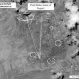 Et foto udleveret af det amerikanske forsvarsministerium viser, hvor de amerikanske missiler ramte den syriske luftbase al-Shayrat.