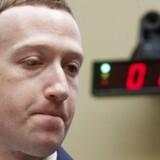 Facebook-topchef Mark Zuckerberg kunne i krydsforhøret i Repræsentanternes Hus onsdag ikke levere konkrete svar på, hvornår europæiske Facebook-brugere får større og bedre kontrol med deres data og kan bestemme, hvad Facebook overhovedet må samle sammen - og om brugere i resten af verden får samme muligheder. Foto: Shawn Thew, EPA/Scanpix