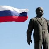Det russiske flag blafrer ved siden af et monument for Vladimir Lenin, der er rejst på Krim-halvøen.