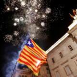 Flag og fyrværkeri på Saint Jaume pladsen fredag sen aften. Foto: YVES HERMAN