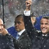 Ruslands præsident, Vladimir Putin, står ved siden af den franske præsident, Emmanuel Macron, efter Frankrig har vundet VM-finalen over Kroatien søndag.