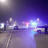 Politiet arbejder på stedet i Tingbjerg i København, hvor en en 20-årig mand blev skudt af en eller flere ukendte gerningsmænd natten til fredag.