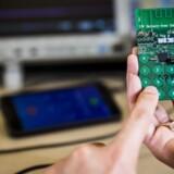 Som det ses, er der plads til at arbejde mere med designet, men denne mobiltelefonprototype kan faktisk ringe, selv om batteriet er helt fladt, for den suger strøm fra radiobølgerne. Foto: University of Washington