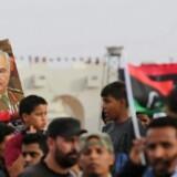 Tilhængere af den libyske militærkommandant, Khalifa Haftar, promoverer deres idol den 16. maj under en markering af tre års dagen for operation »Værdighed,« der skal rense Libyens næststørste by Benghazi for milittante islamister. REUTERS/Esam Omran Al-Fetori FOR EDITORIAL USE ONLY.NO RESALES.NO ARCHIVES.