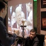 Også Trumps russiske fans havde en fest i går. Ikke mindst her på restauranten Uncle Sam i Moskva. Foto: Maxim Shipenkov/EPA