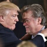 Donald Trump har forsøgt at finde en pragmatisk løsning på en intern magtkamp i Det Hvide Hus mellem nogle af hans nærmeste rådgivere - og hans strateg Stephen Bannon trak det korteste tråd. . / AFP PHOTO / MANDEL NGAN