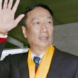 Terry Gou, stifter og formand for Taiwans Foxconn Technology var i februar på besøg i Sharps hovedkvarter i Osaka i Japan. Foto: Reuters/Kyodo