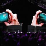Spillerne kommer først, når Samsung til næste år er klar med sin første smartphone med foldbar skærm. Den skal rette op på det manglende salg af den nuværende toptelefon Galaxy S9, som ses på billedet. Arkivfoto: EPA/Yonhap/Scanpix