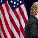 En skuffet Clinton siger farvel AFP PHOTO JEWEL SAMAD