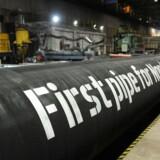 EU-landene går nu videre med arbejdet om at give EU-Kommissionen mandat til at forhandle med Rusland om et særligt reglsæt for Nord Stream 2-gasledningen, der ellers i høj grad har splittet EU-landene. Det vides dog stadig ikke, hvor Tyskland, Frankrig, Holland og Østrig, der alle har interesser i projektet, står. HANDOUT-FOTO d. 24. marts 2017 af dele af gasledningen Nord Stream 2, der bliver leveret til den tyske ø.
