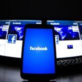 Facebook har nu en fjerdedel af klodens befolkning som brugere, og mange tilbringer op mod en time hver dag på sitet.